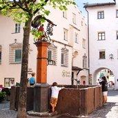 Dorfplatz vor dem Kastelruther Rathaus