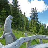 D-5291-murmeltier-skulptur-auf-bank.jpg