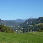 D_RS141930_1396-blick-auf-st-oswald-kastelruth-dahinter-tisens.JPG